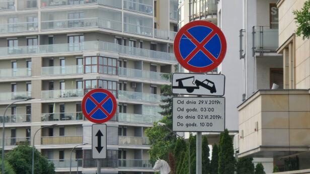 Zakaz parkowania w alei Wyścigowej Artur Węgrzynowicz / tvnwarszawa.pl