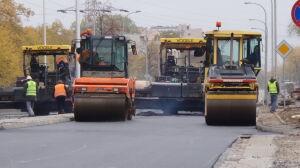 Układają asfalt na Wołoskiej. Pogoda tym razem nie przeszkadza
