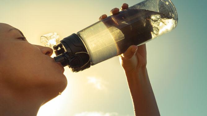 Zwykła woda nie wystarczy. <br />Co pić w czasie upałów