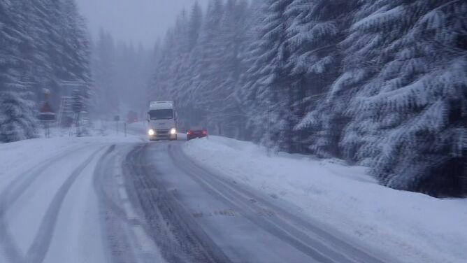 Śnieg skutecznie utrudnia jazdę. Przejście graniczne w Jakuszycach zamknięte dla ciężarówek