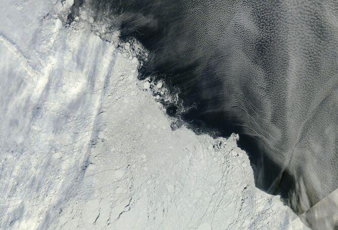 Arktyczny lód w pobliżu Wysp Nowosyberyjskich na zdjęciu satelitarnym z 13 września