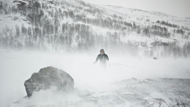 Silny wiatr, zamiecie i intensywne opady śniegu stwarzają zagrożenie